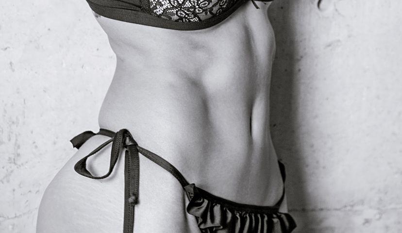 女性の腹部・腰のくびれ