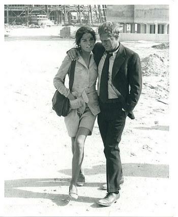 裾幅ほどよく細いスーツ姿のスティーブ・マックイーンとアリ・マッグロー