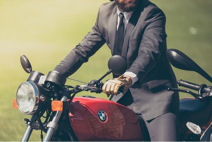中年スーツの条件(バイクに跨ったスーツ姿の男性)