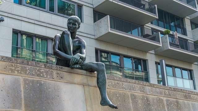 腰かける男の彫像