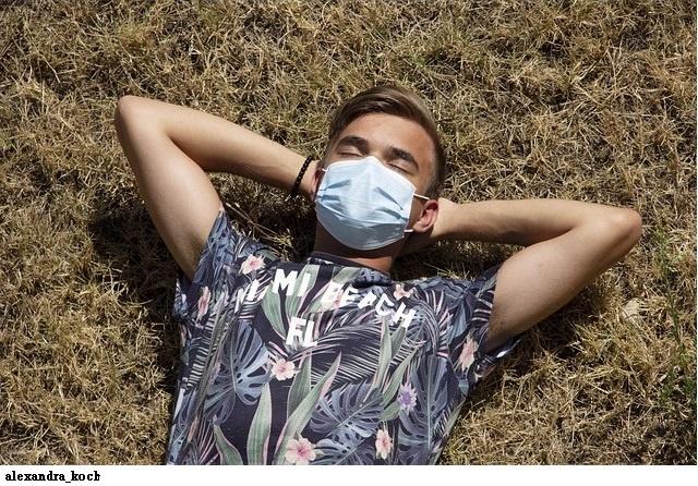 マスクをした若者