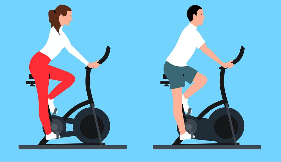 フィットネスバイクで運動する男女