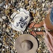 海岸に立つ少女